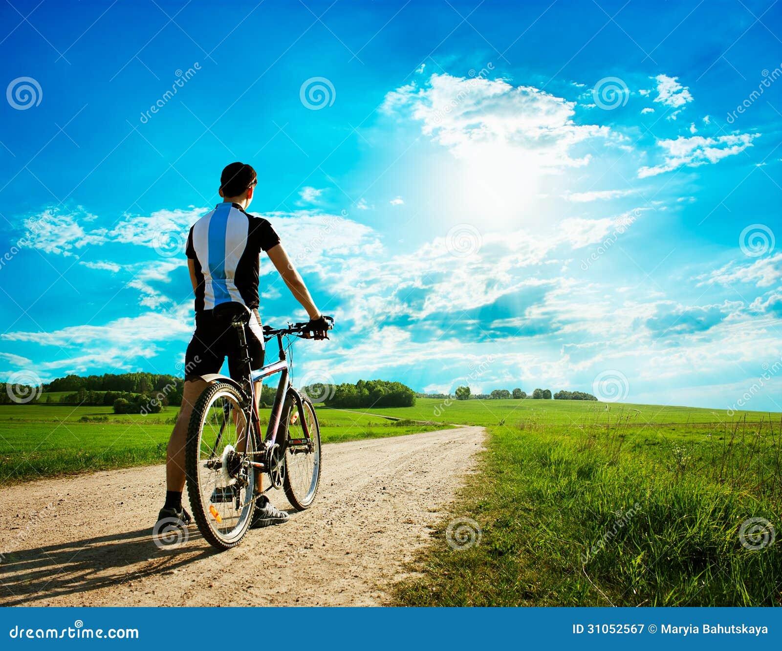 homem-com-uma-bicicleta-no-fundo-bonito-da-natureza-31052567.jpg