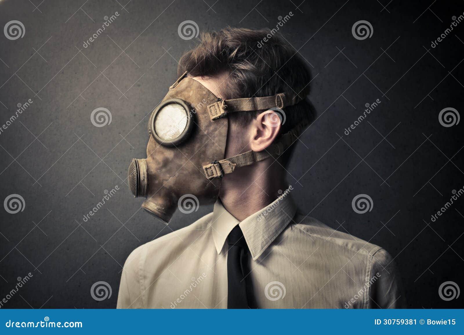 Homem com uma máscara de gás