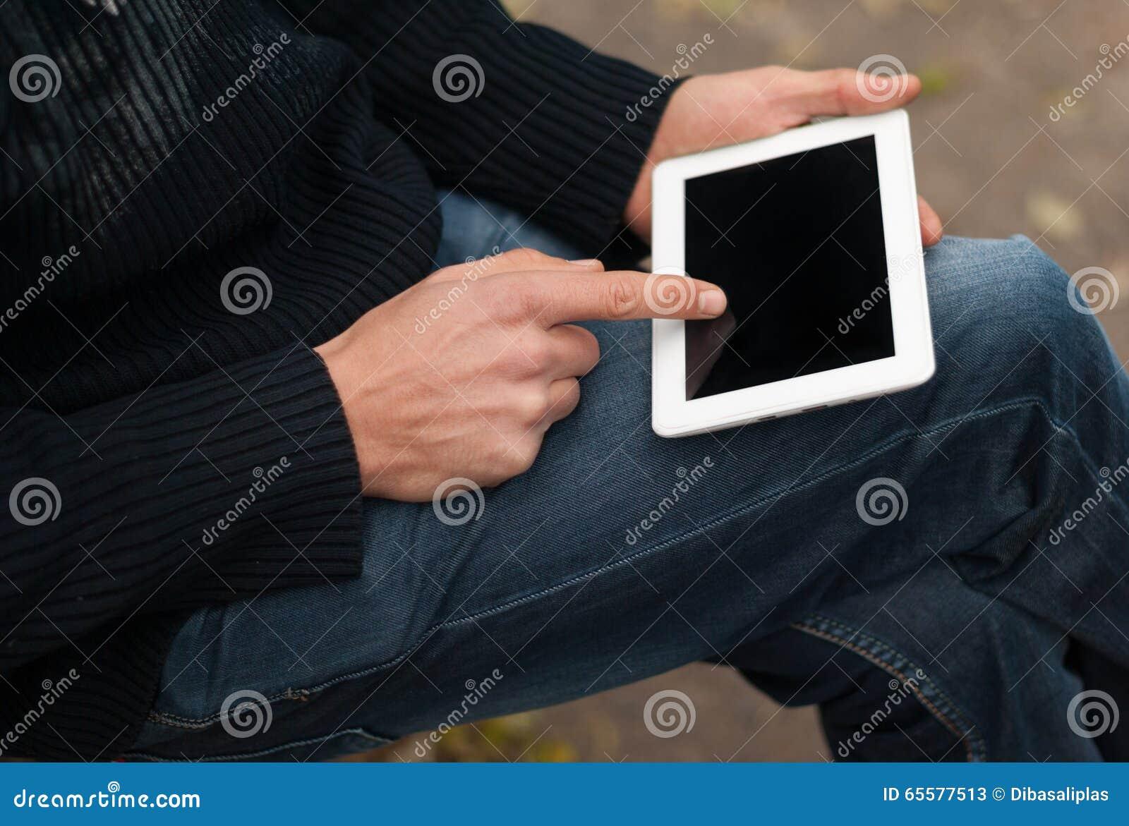Homem com uma tabuleta em seu close-up da mão