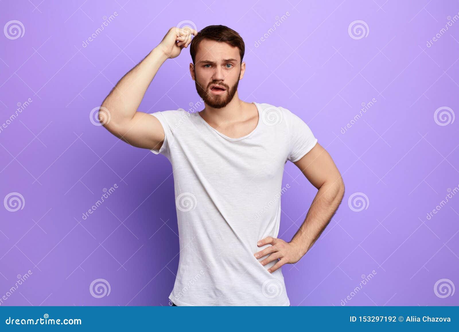 Homem confundido e confuso com uma mão na cabeça de risco anca