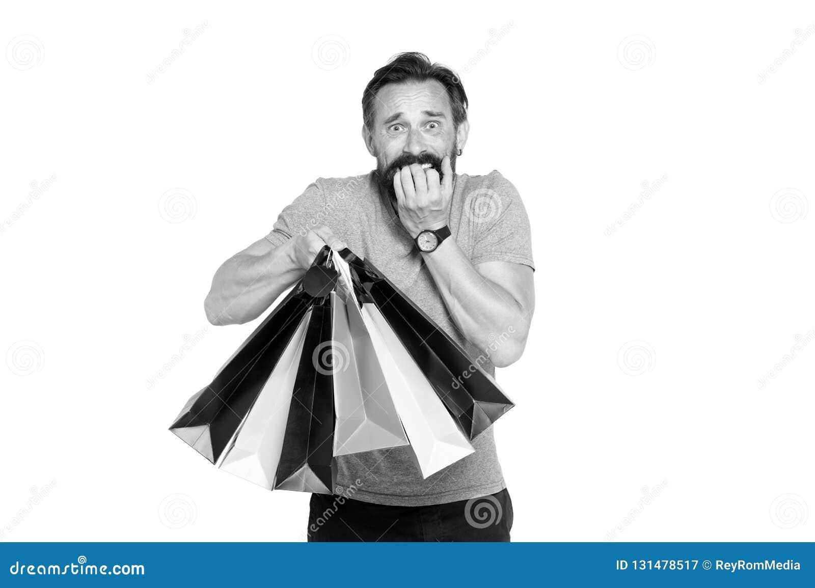 Homem considerável com o saco de compras no branco Conceito da venda e do desconto para o homem Compra do indivíduo na estação da