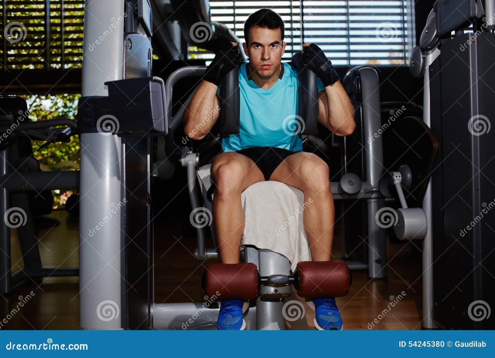 Homem considerável do ajuste que dá certo com músculos abdominais