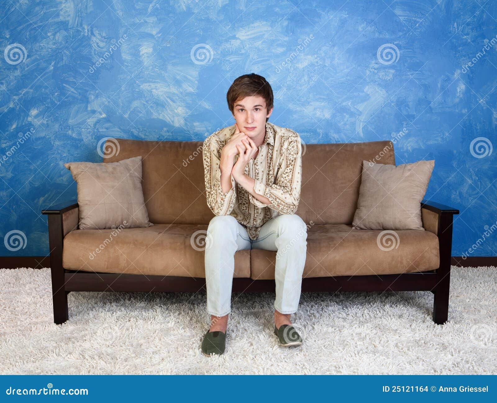 Homem considerável no sofá