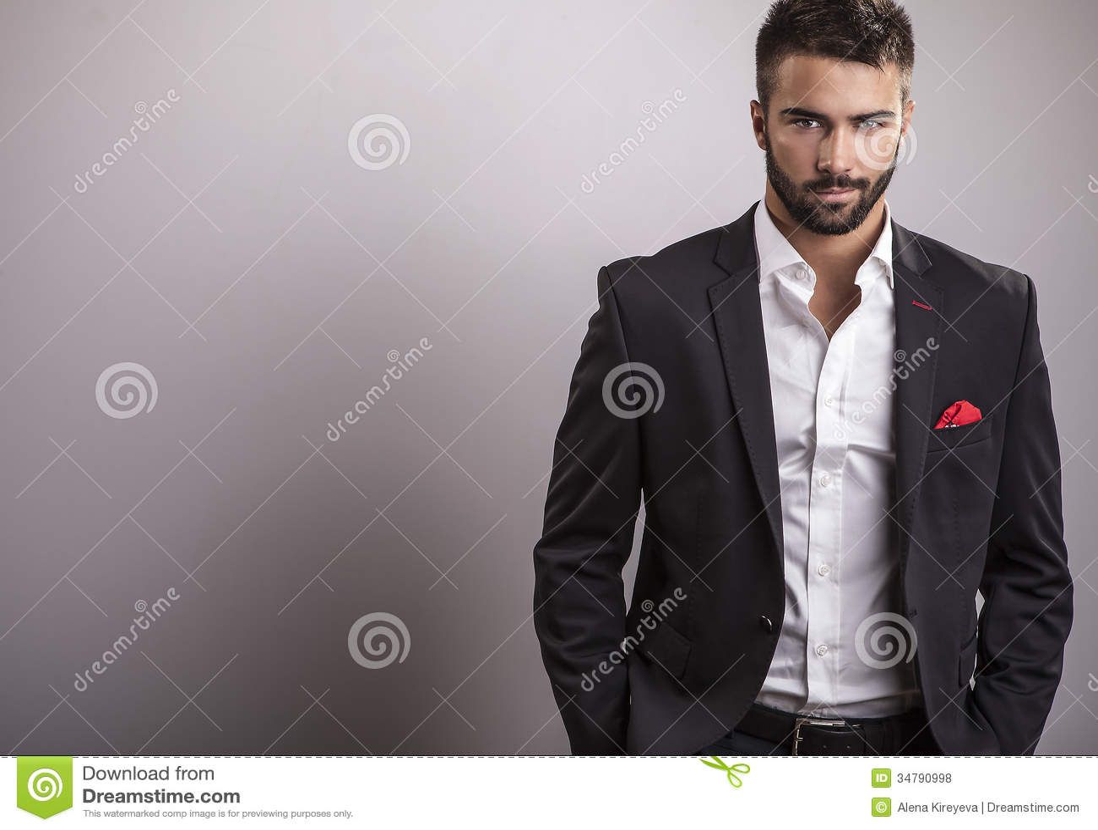 Homem considerável novo elegante. Retrato da forma do estúdio.