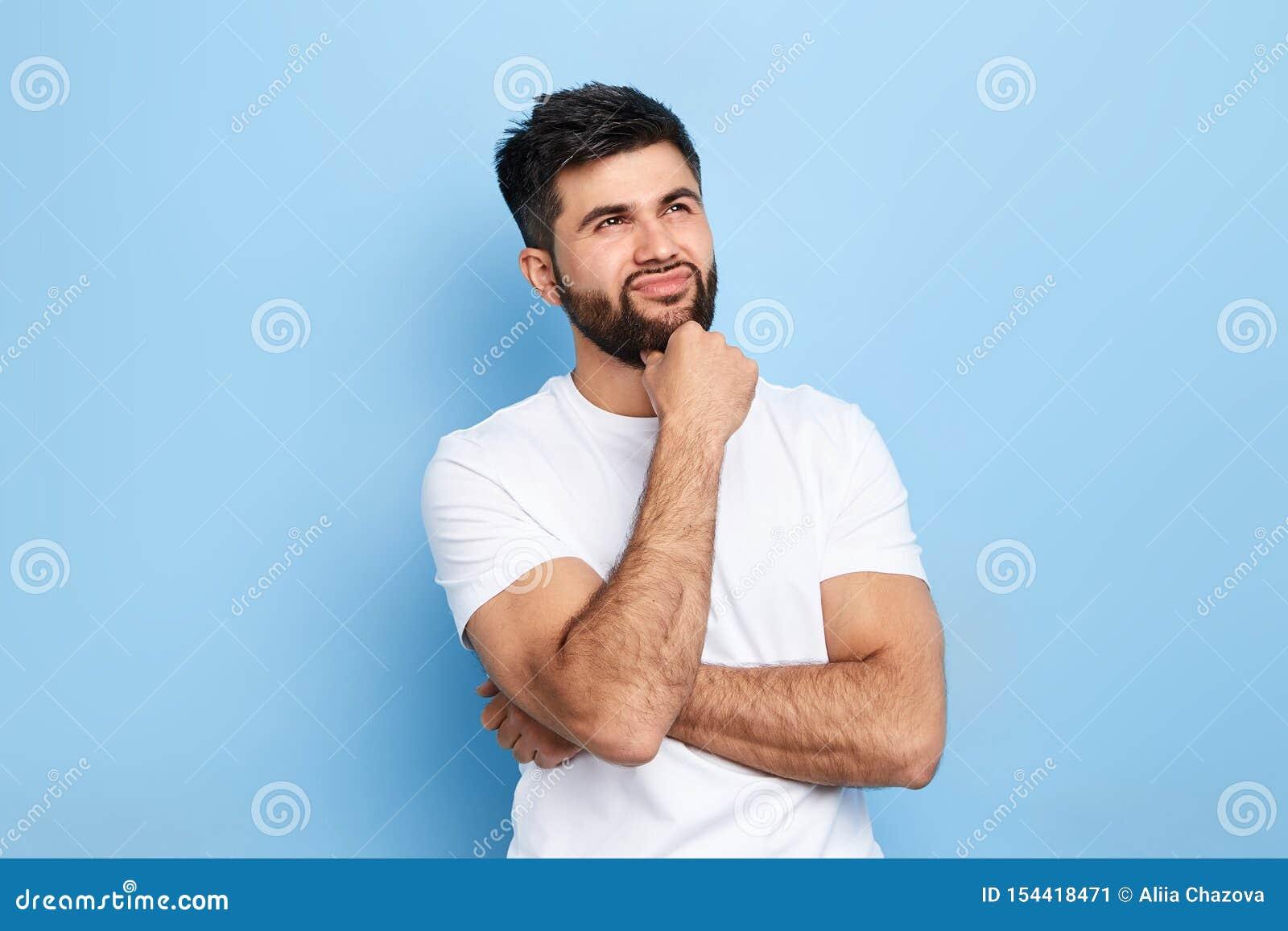 Homem considerável pensativo pensativo que compõe um plano, ideia