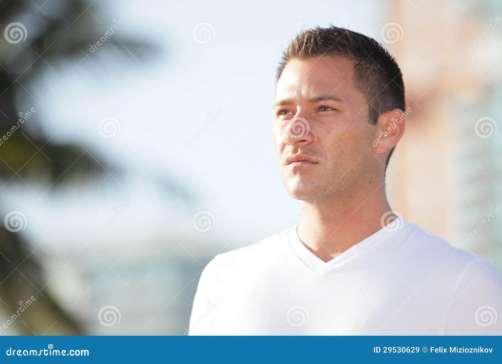 Homem considerável que olha o por do sol