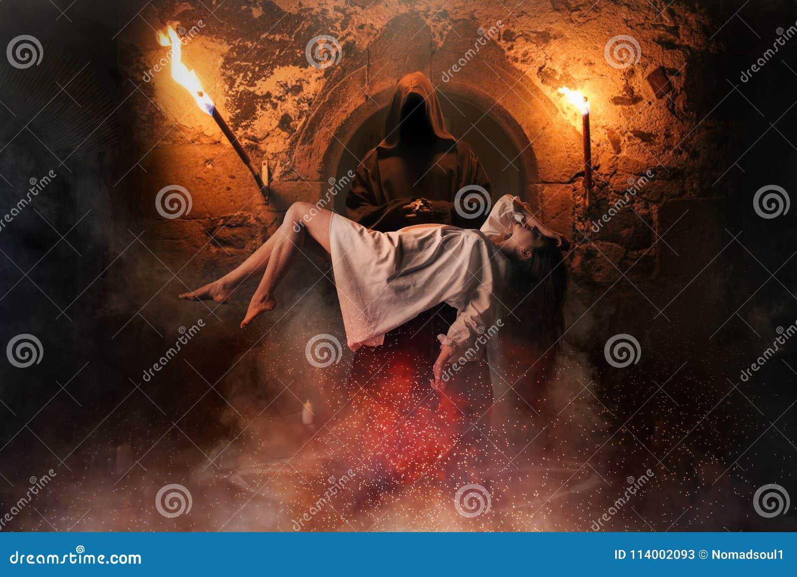 Homem contra a mulher que voa sobre o círculo do pentagram