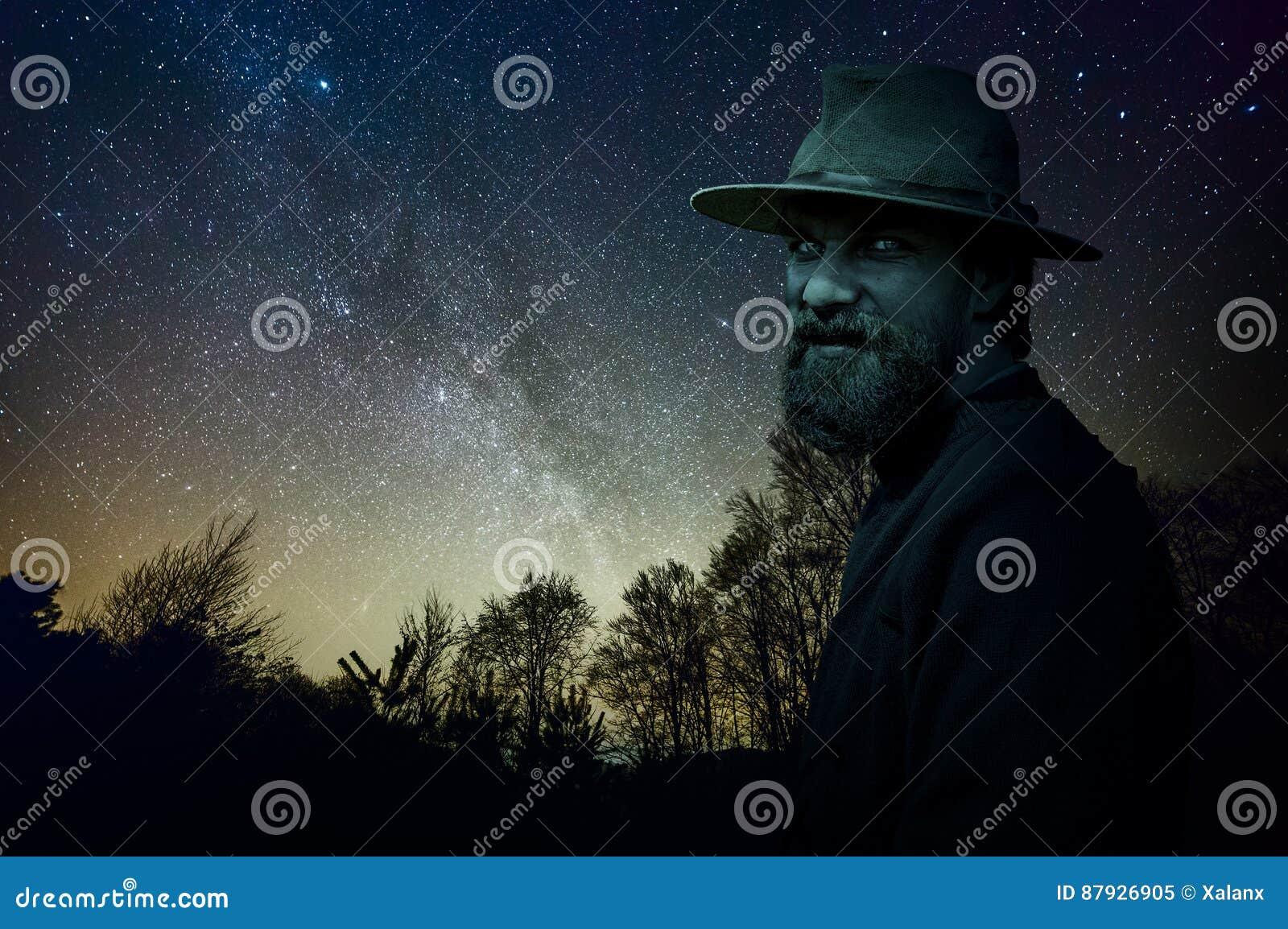 Homem da dança na floresta