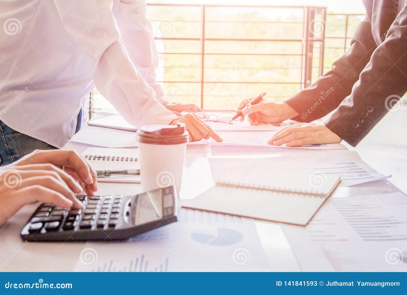 Homem da mão que faz finanças e para calcular sobre o bônus no escritório