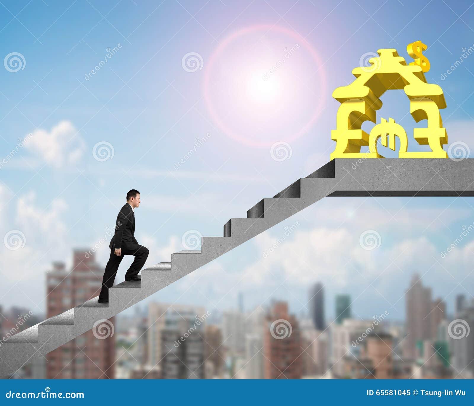 Homem da vista lateral que anda em escadas ao dinheiro que empilha a casa