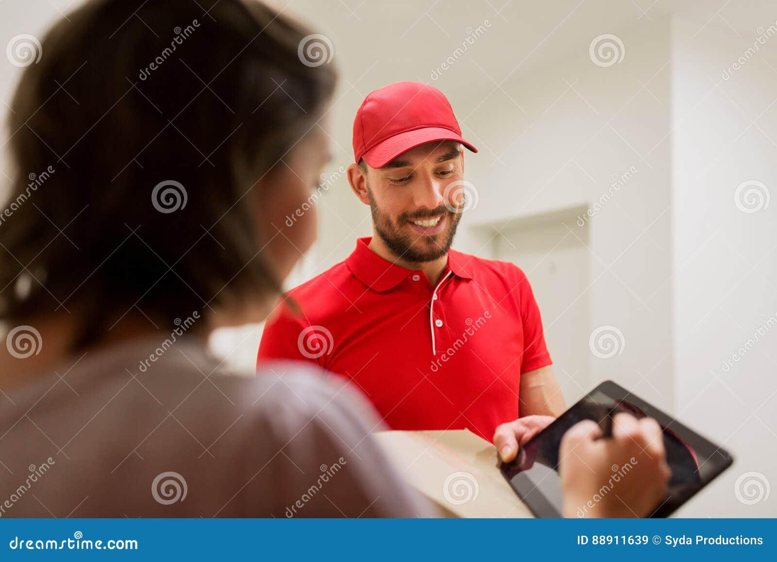 Homem de entrega com o PC da caixa e da tabuleta no cliente