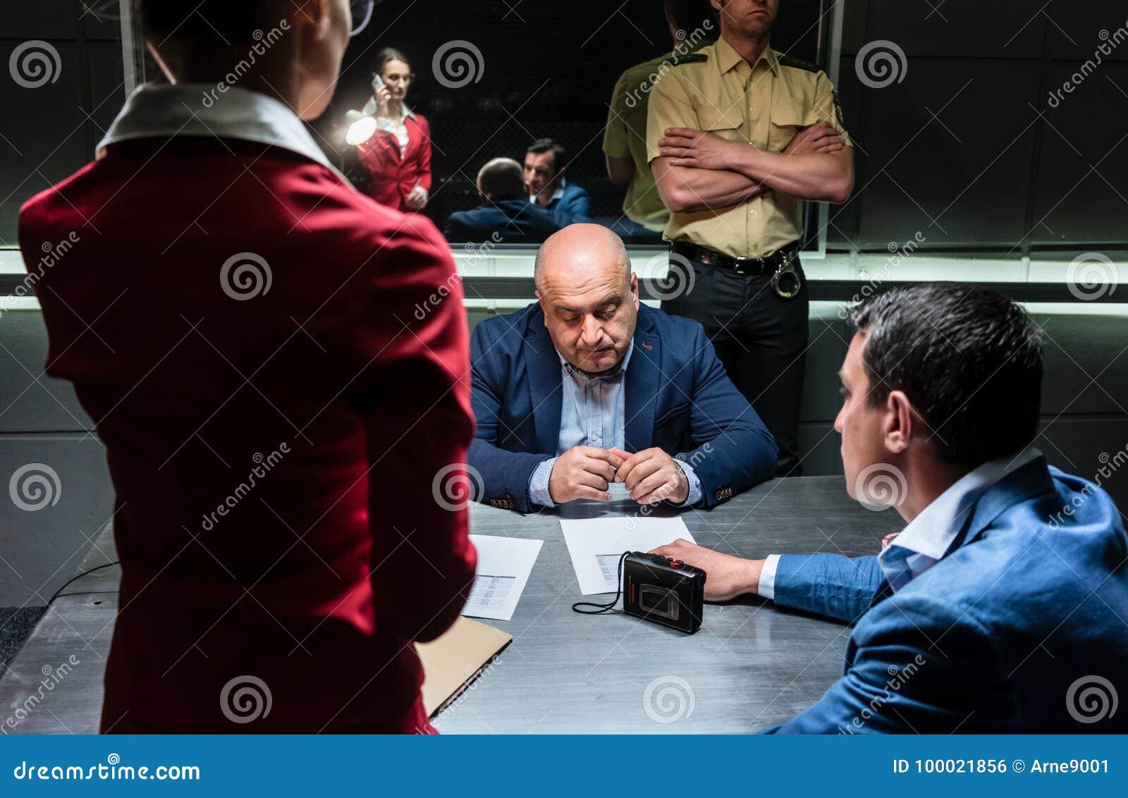 Homem de meia idade que pensa sobre sua indicação e o ch criminoso