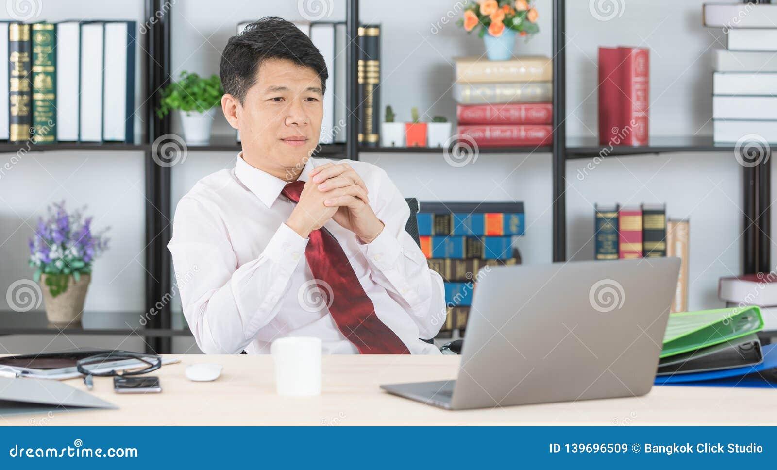 Homem de negócio asiático no escritório