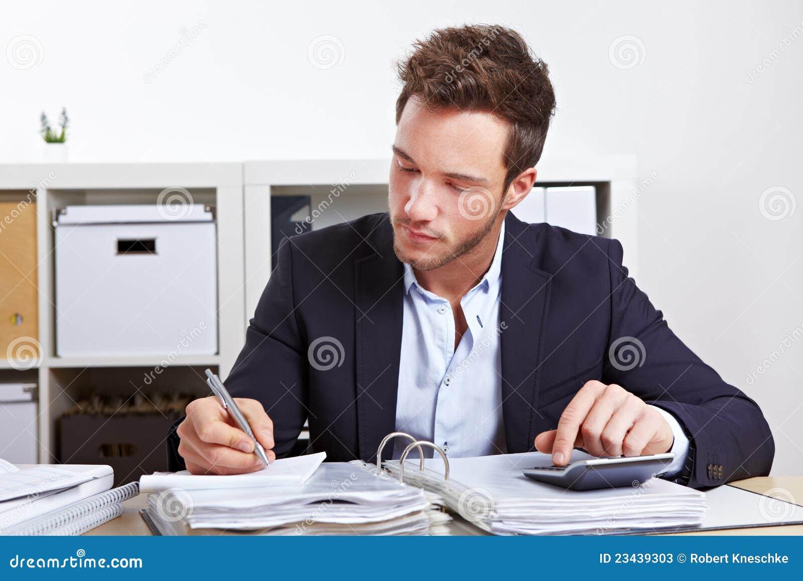 Homem de negócio com calculadora