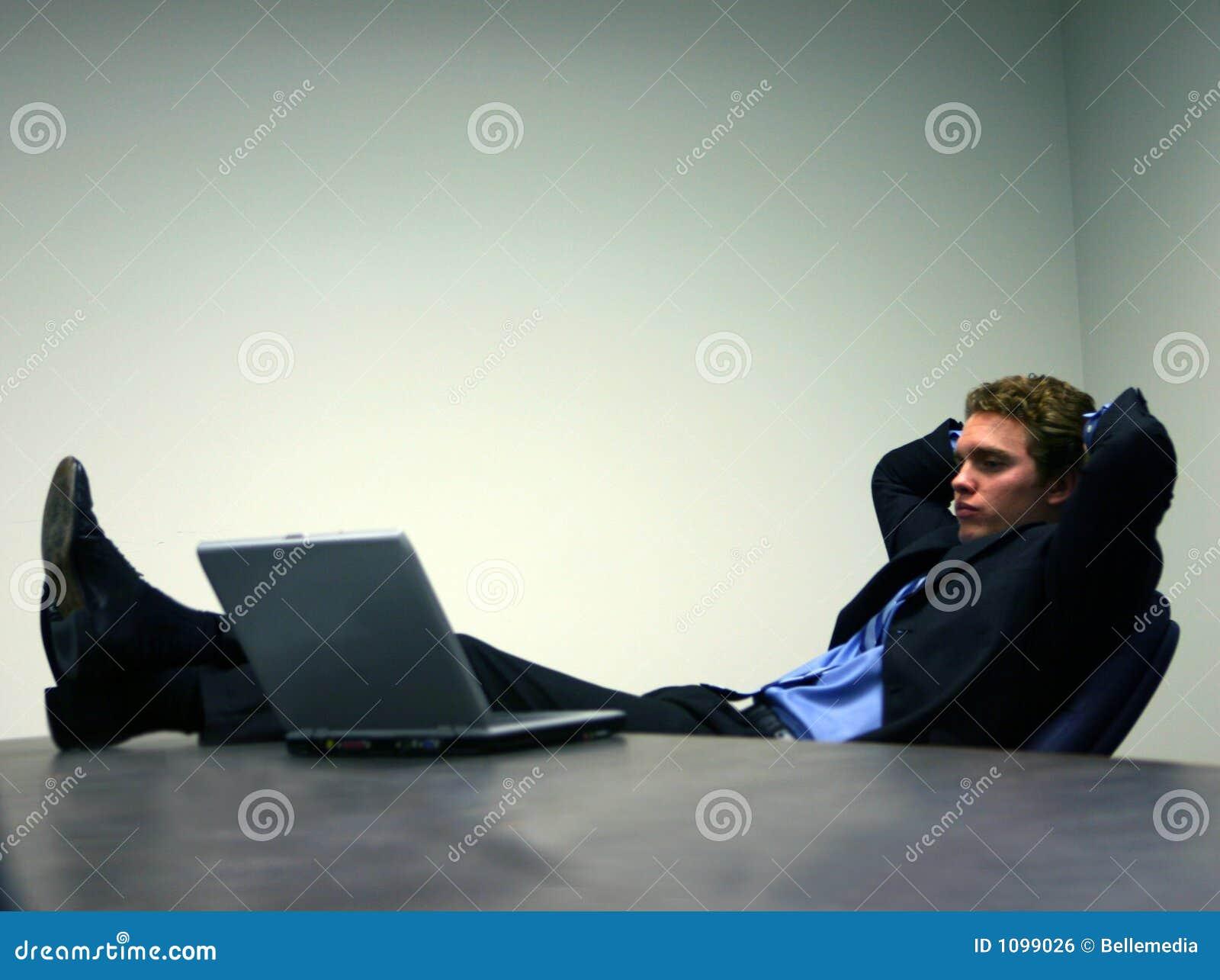 Homem de negócio com portátil 3