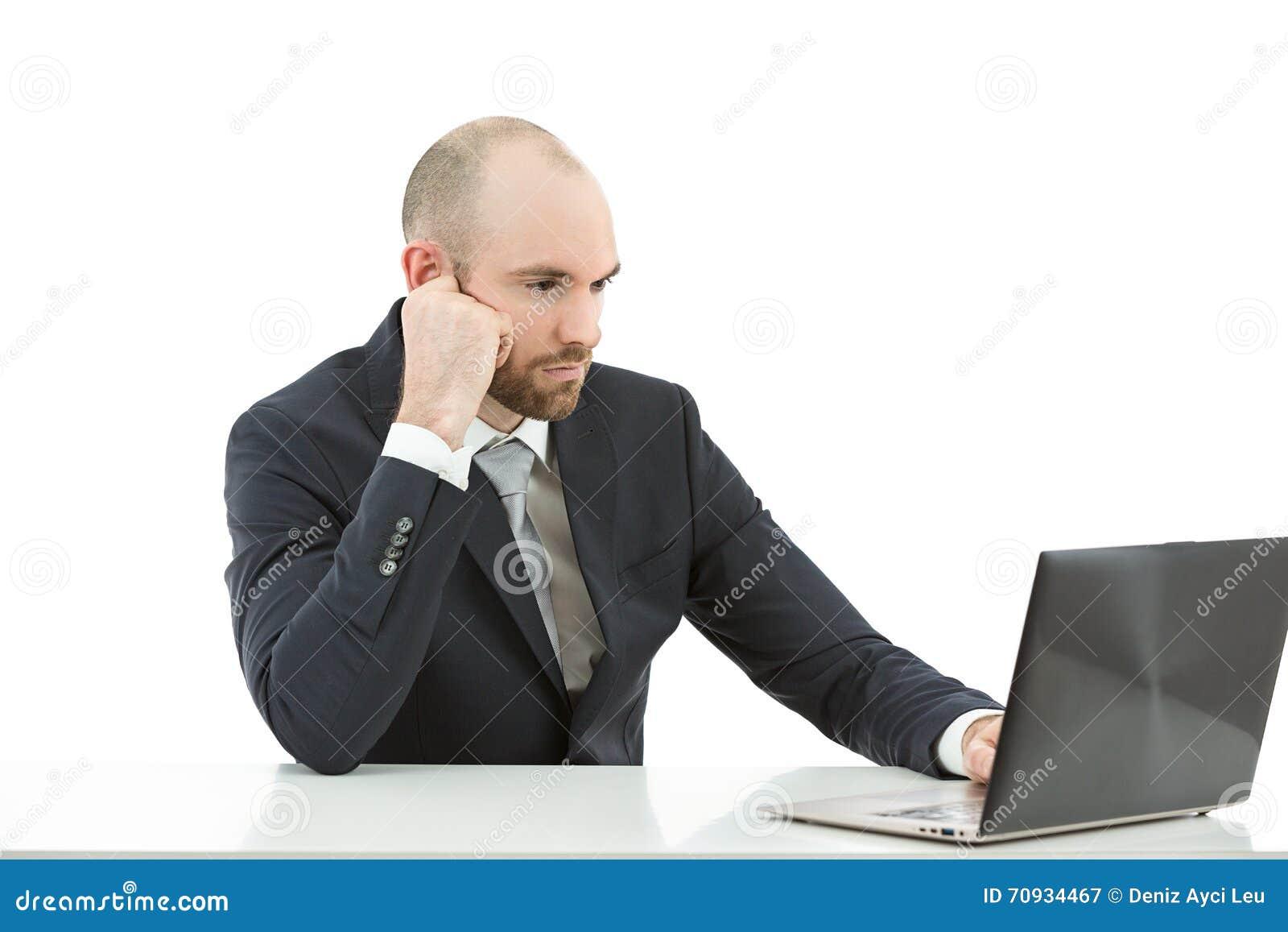 Homem de negócio concentrado em seu trabalho