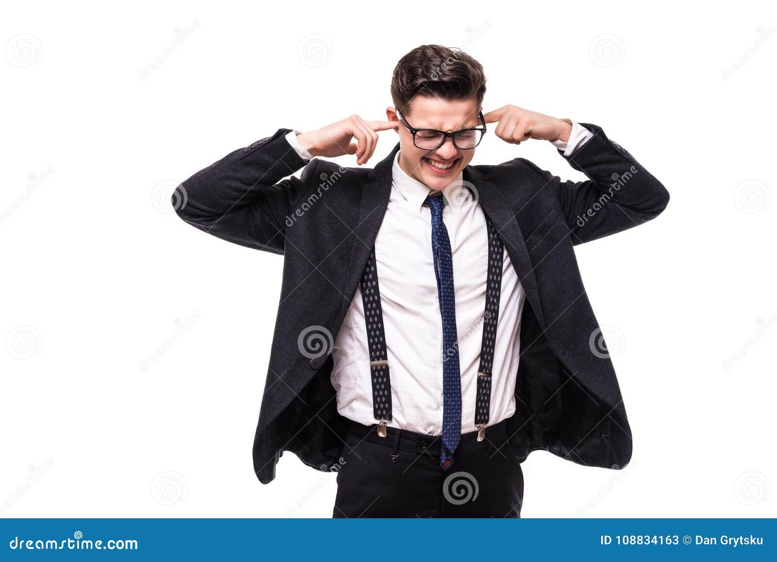Homem de negócio considerável novo que cobre suas orelhas sobre o fundo branco