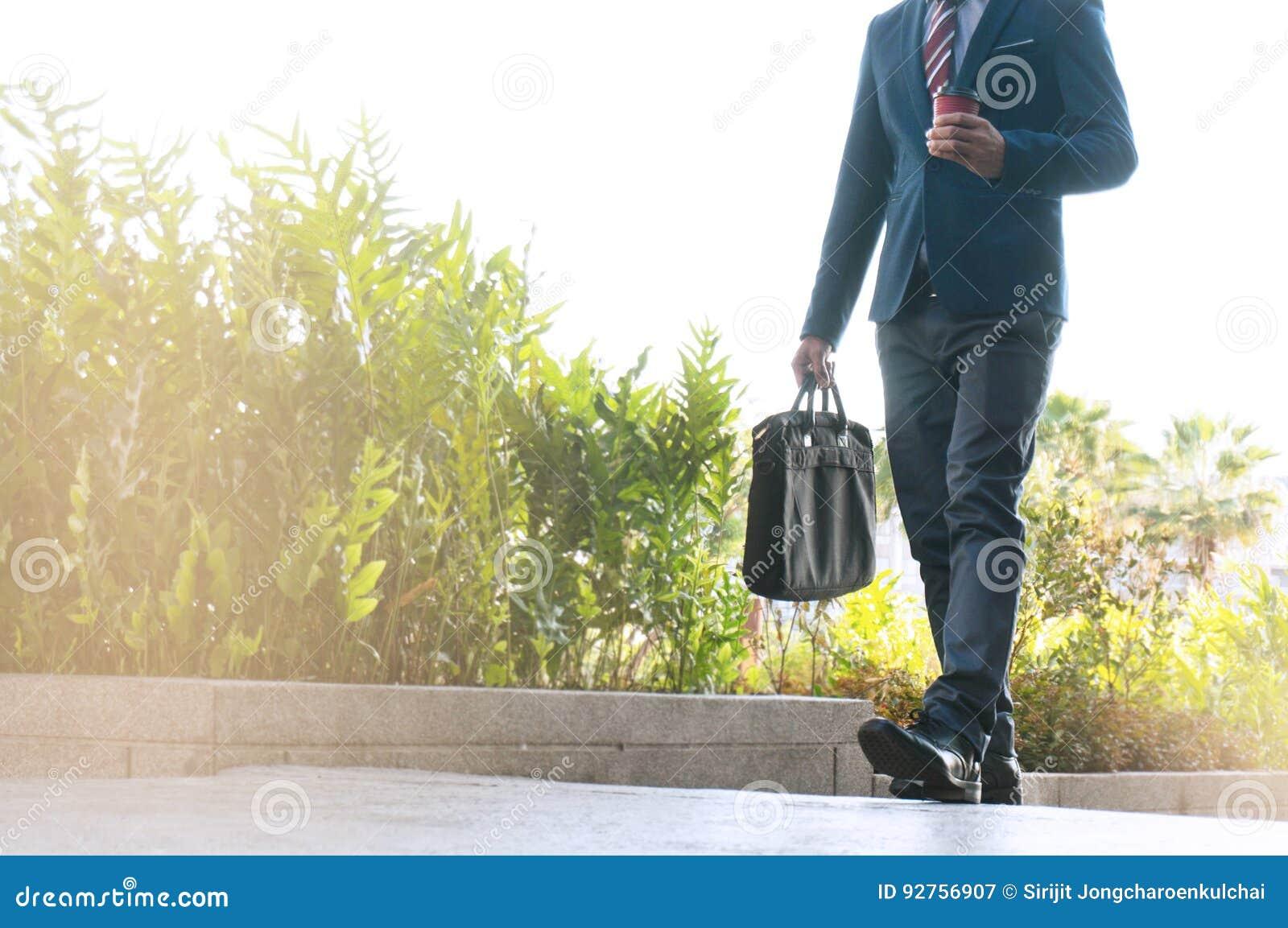 Homem de negócio em horas de ponta que anda na rua