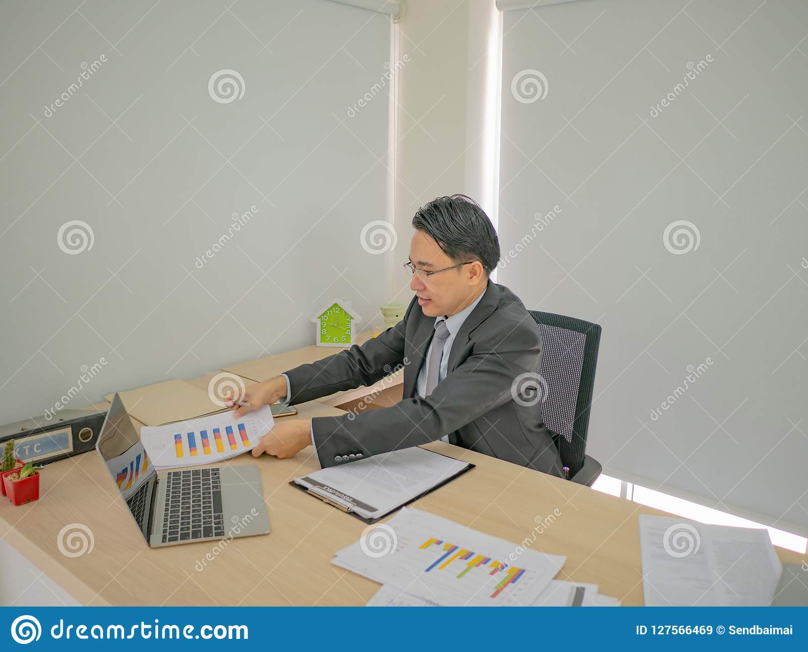 Homem de negócio moderno que trabalha muito ocupado em sua mesa