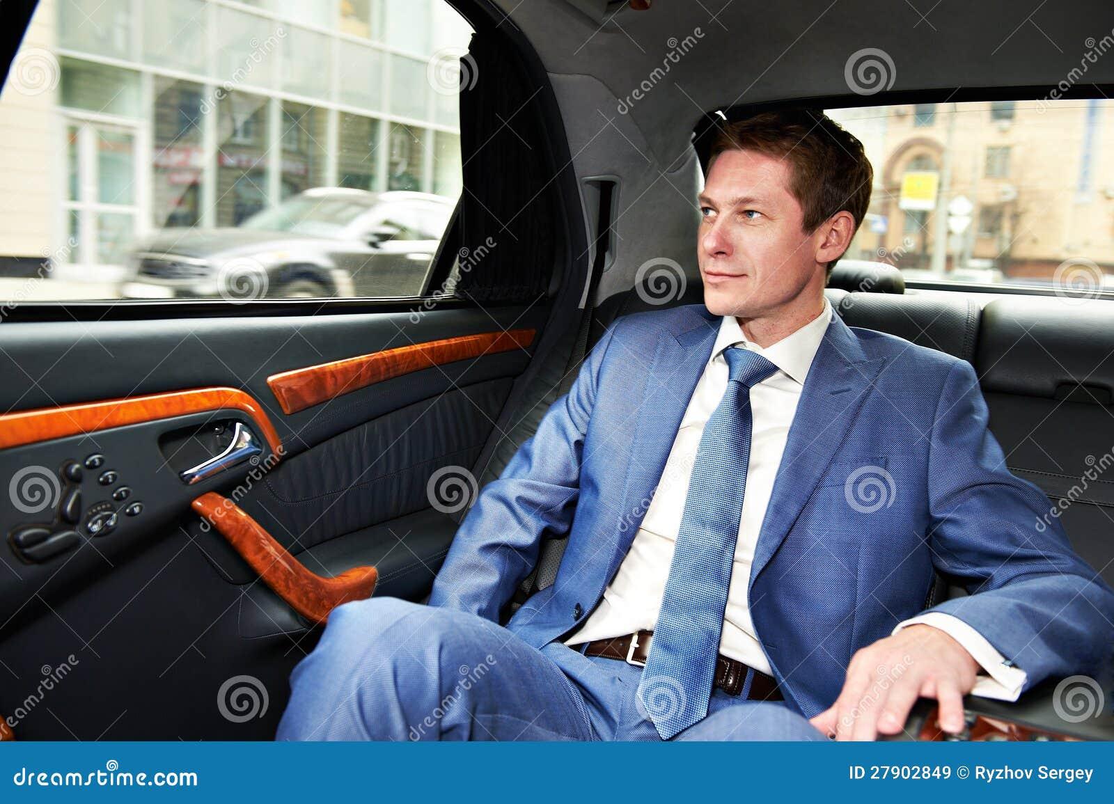 Homem de negócio no carro