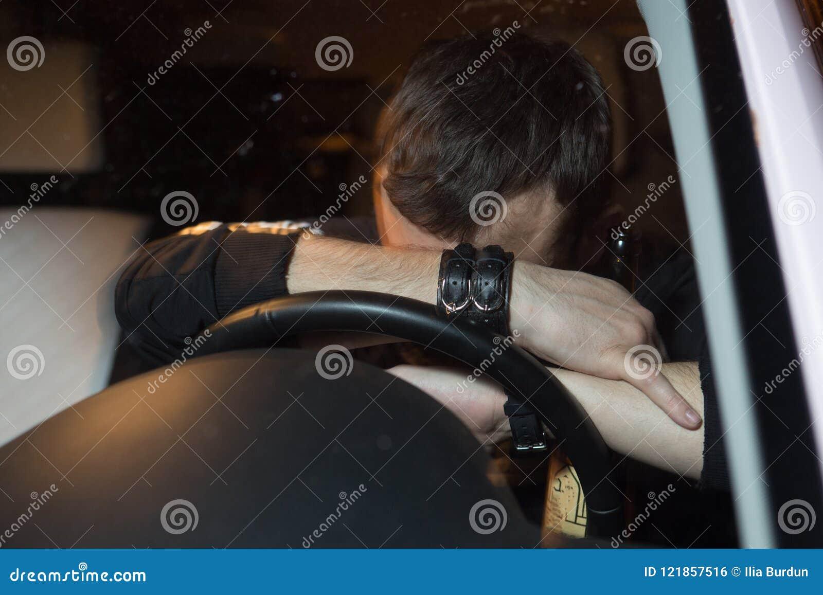 Homem de negócio no carro, alcoolismo, homem bebido, perigoso na estrada, retrato obscuro
