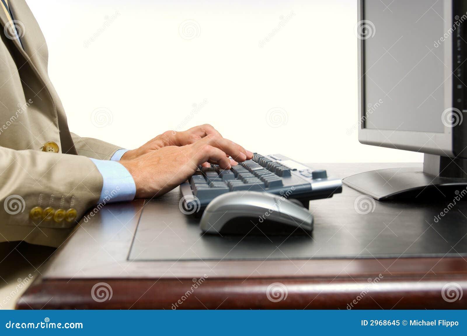 Homem de negócio no computador