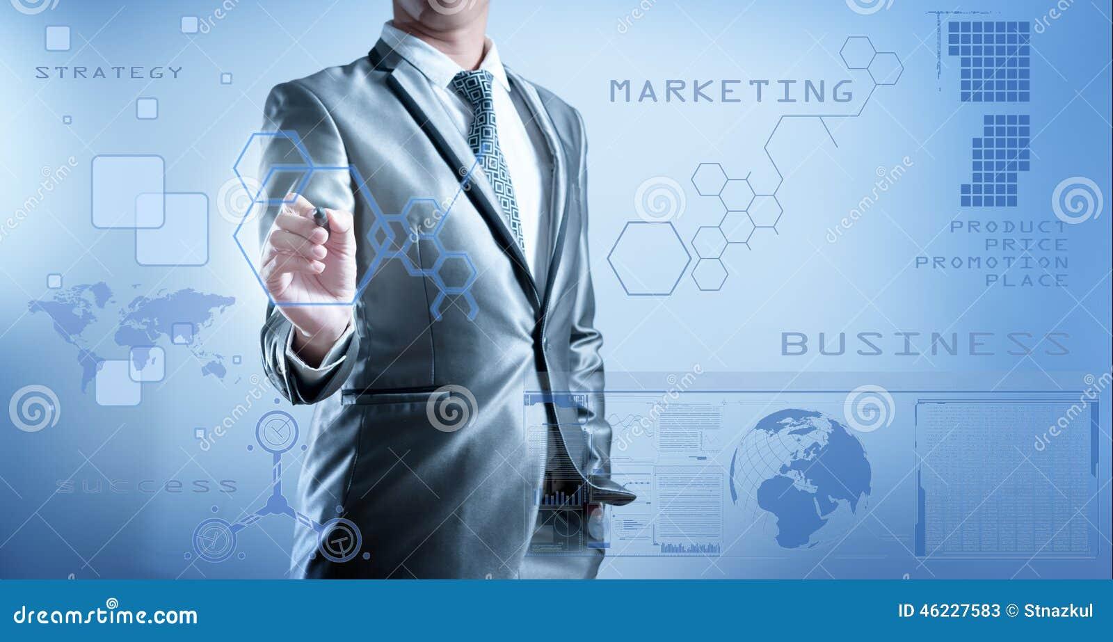 Homem de negócio no terno do cinza azul usando a pena digital que trabalha com di