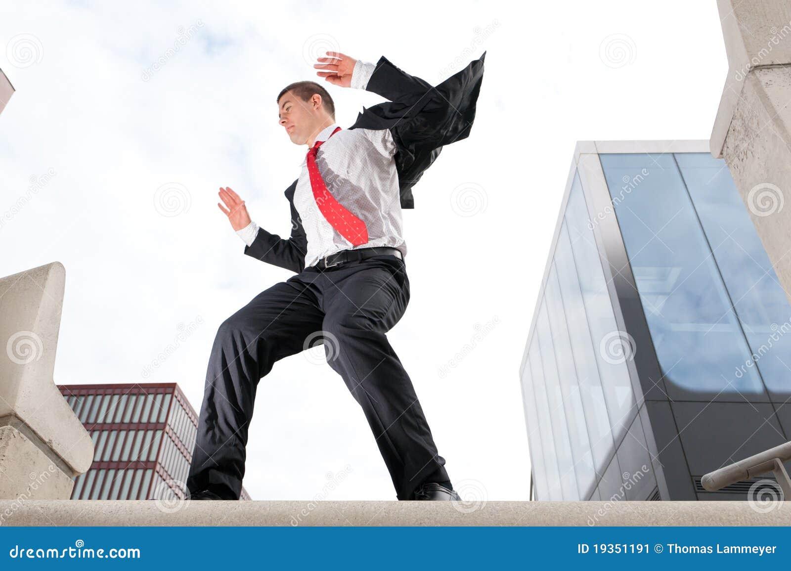 Homem de negócio novo de salto