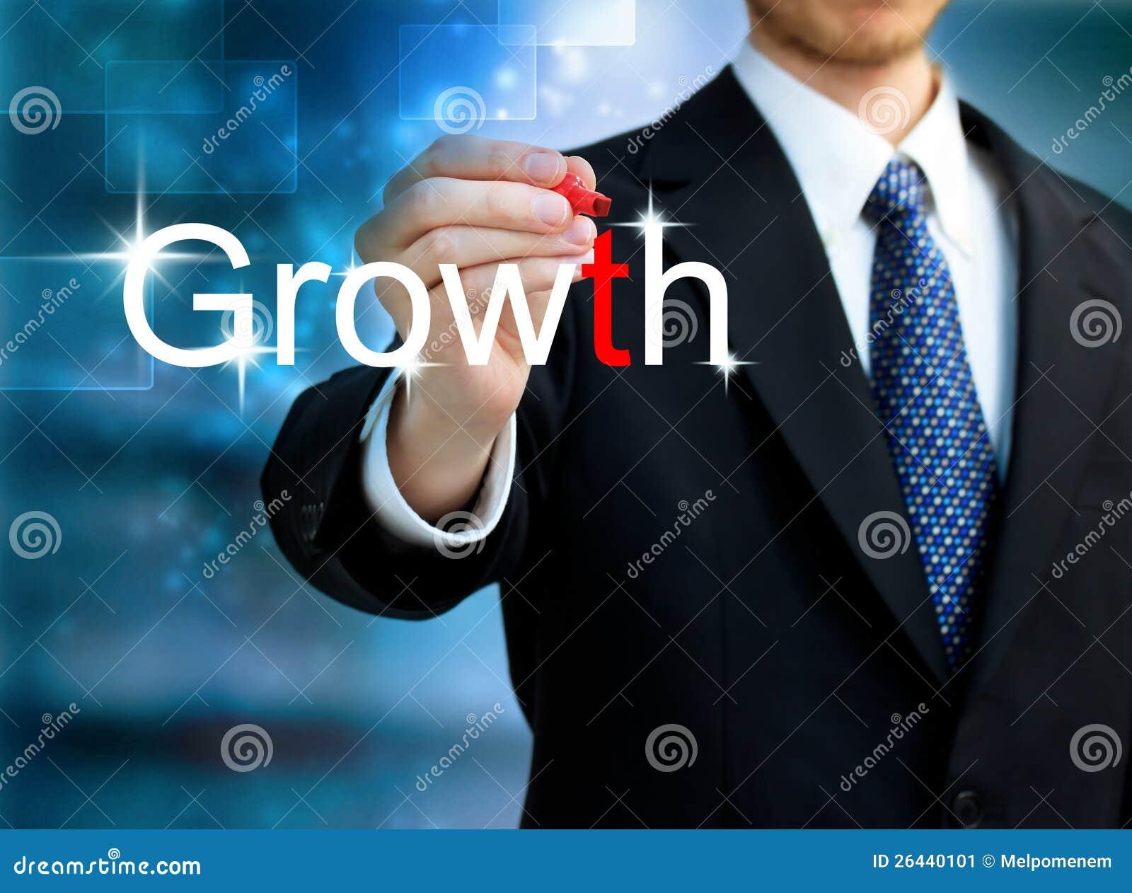 Homem de negócio novo que escreve o crescimento da palavra