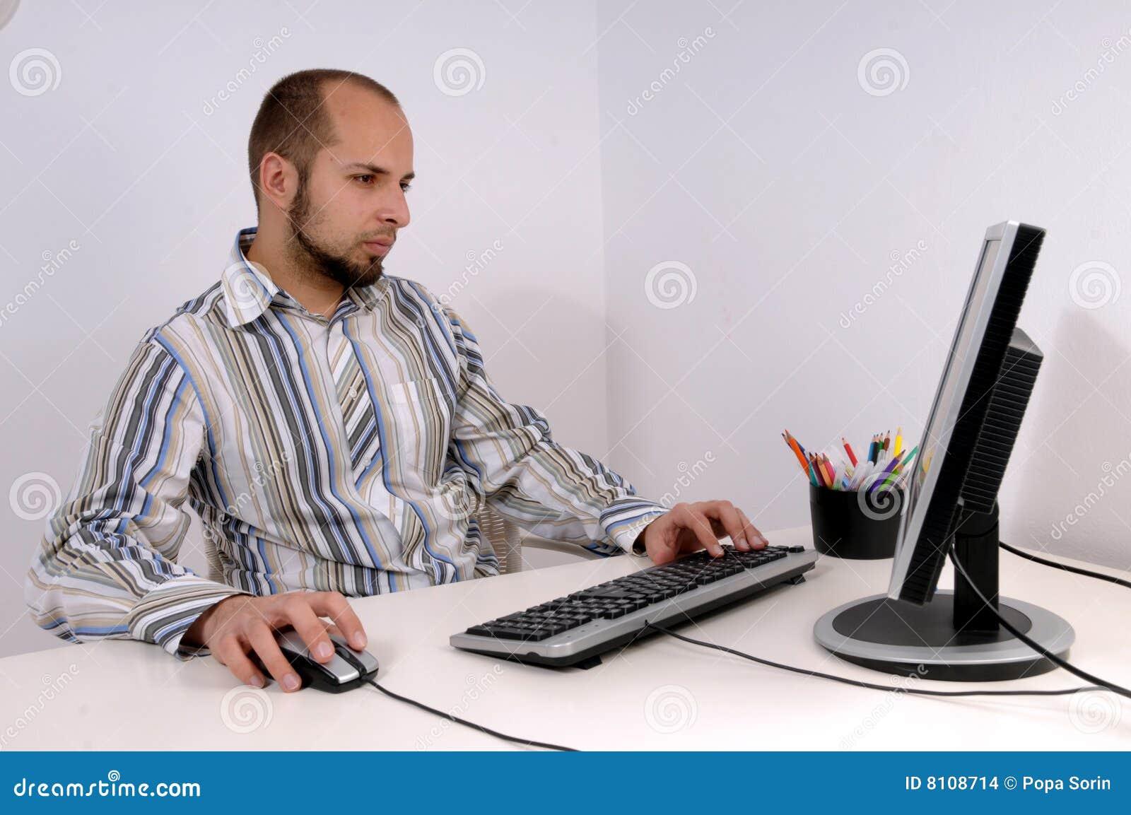 Homem de negócio novo que trabalha no computador