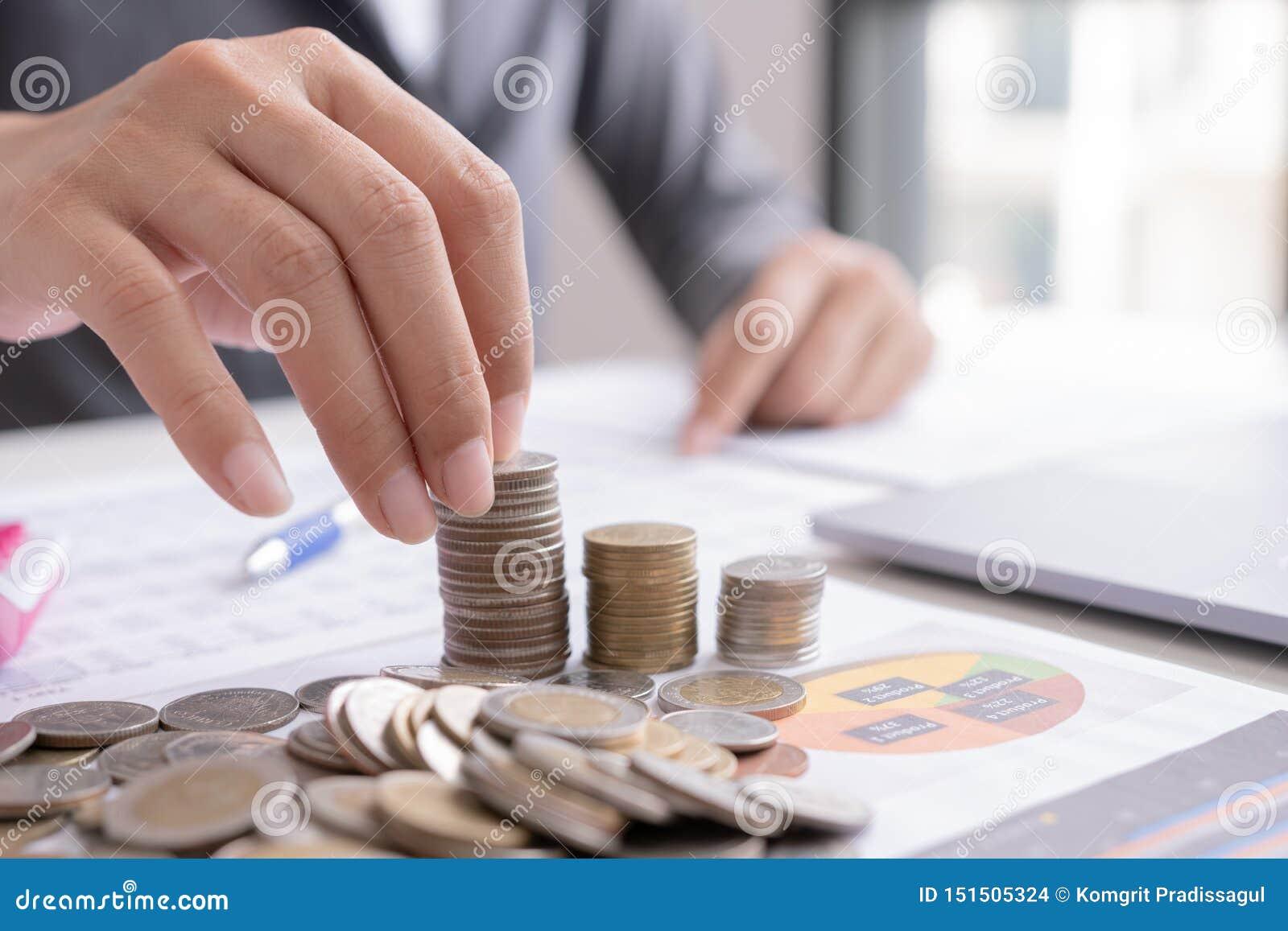Homem de negócio para calcular sobre o custo e a finança fazer no escritório,