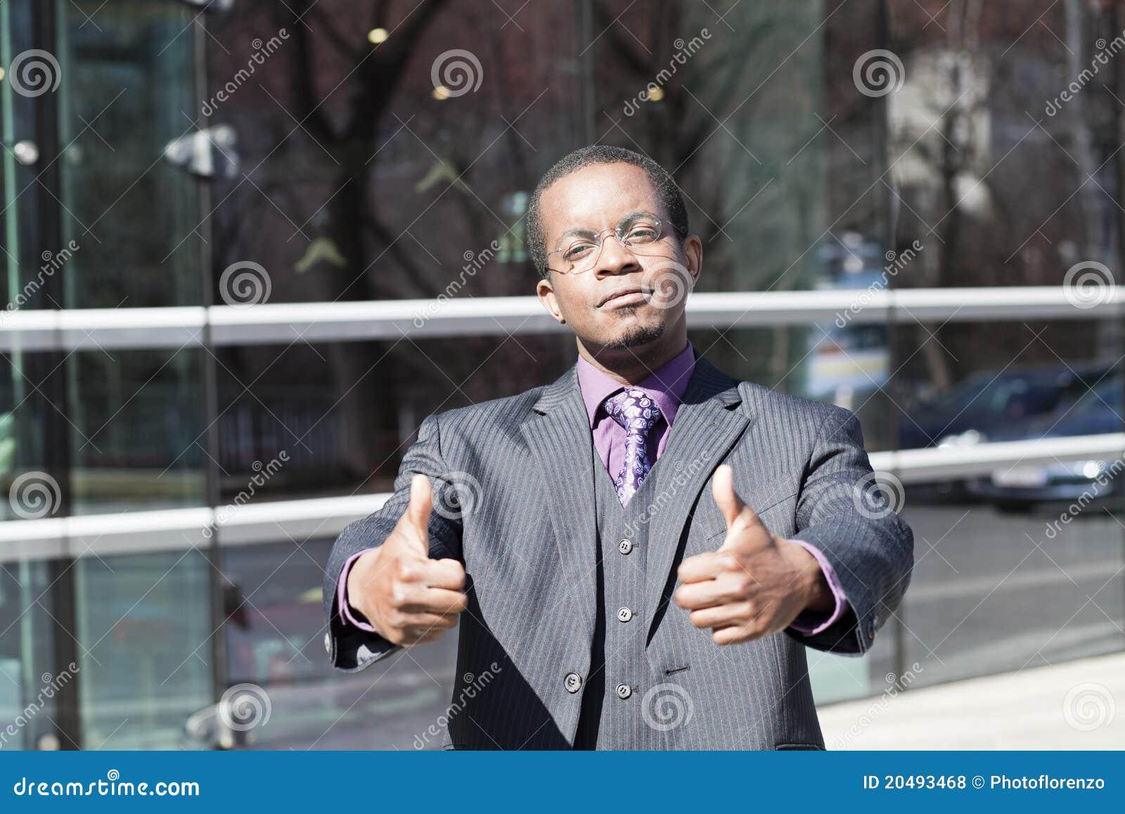 Homem de negócio preto com polegares acima
