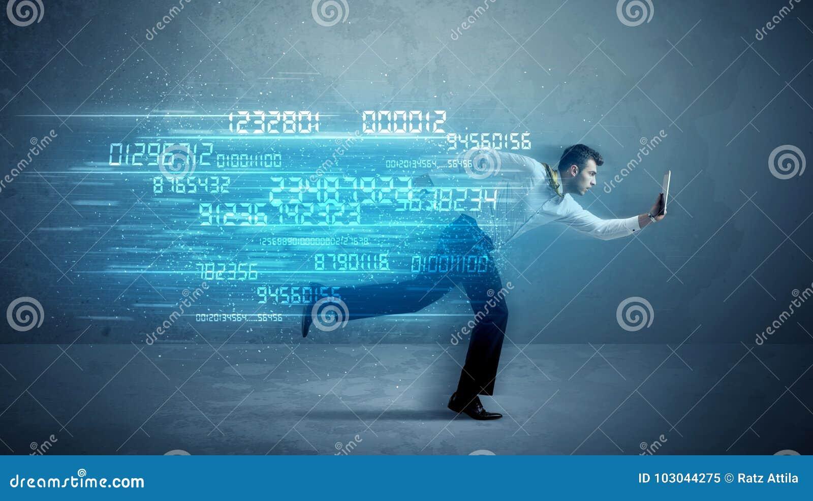 Homem de negócio que corre com conceito do dispositivo e dos dados