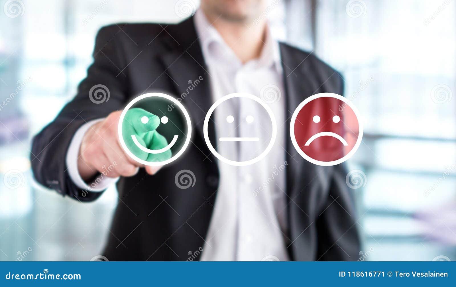 Homem de negócio que dá a avaliação e a revisão com a cara feliz do smiley