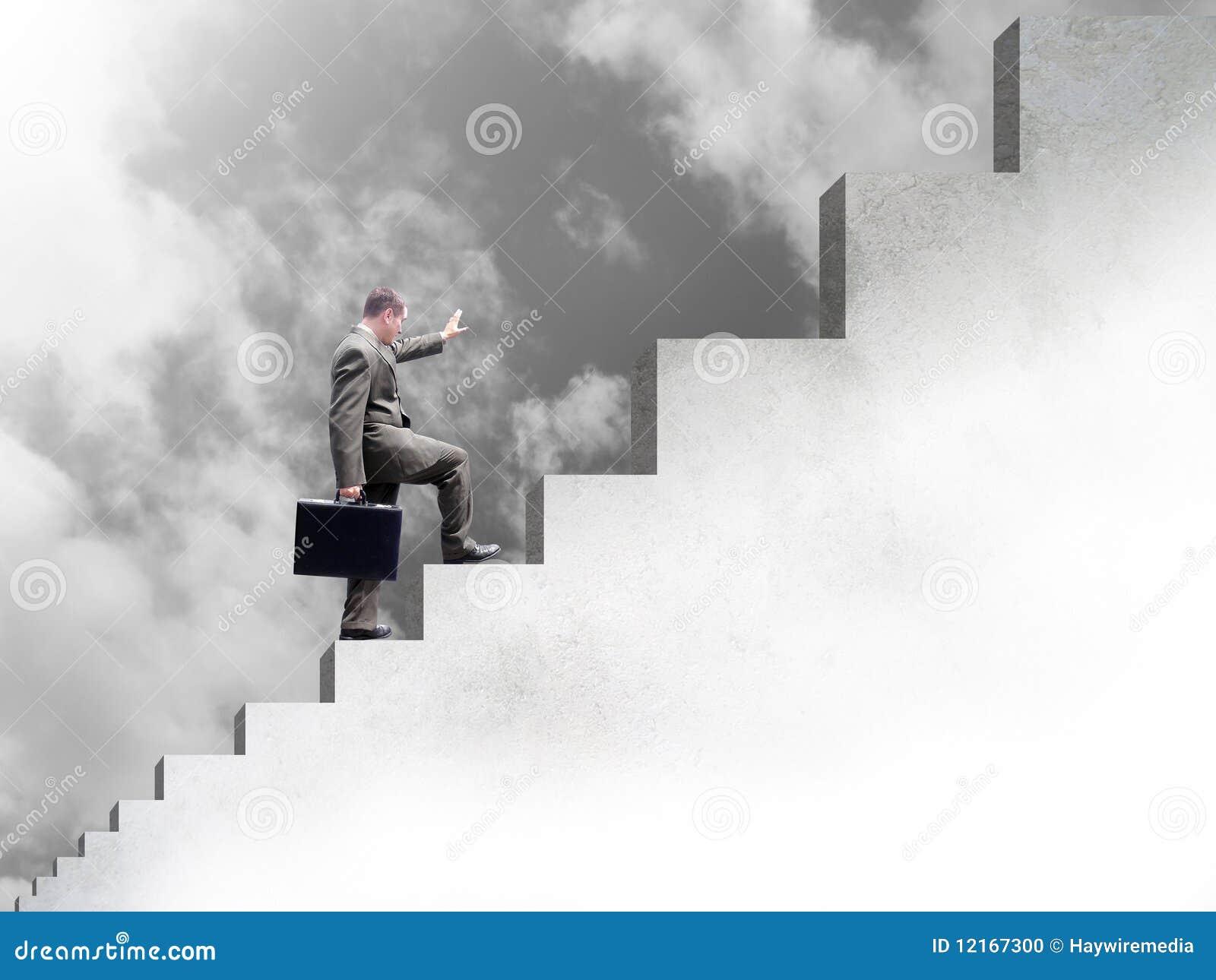 Homem de negócio que escala acima escadas ao sucesso