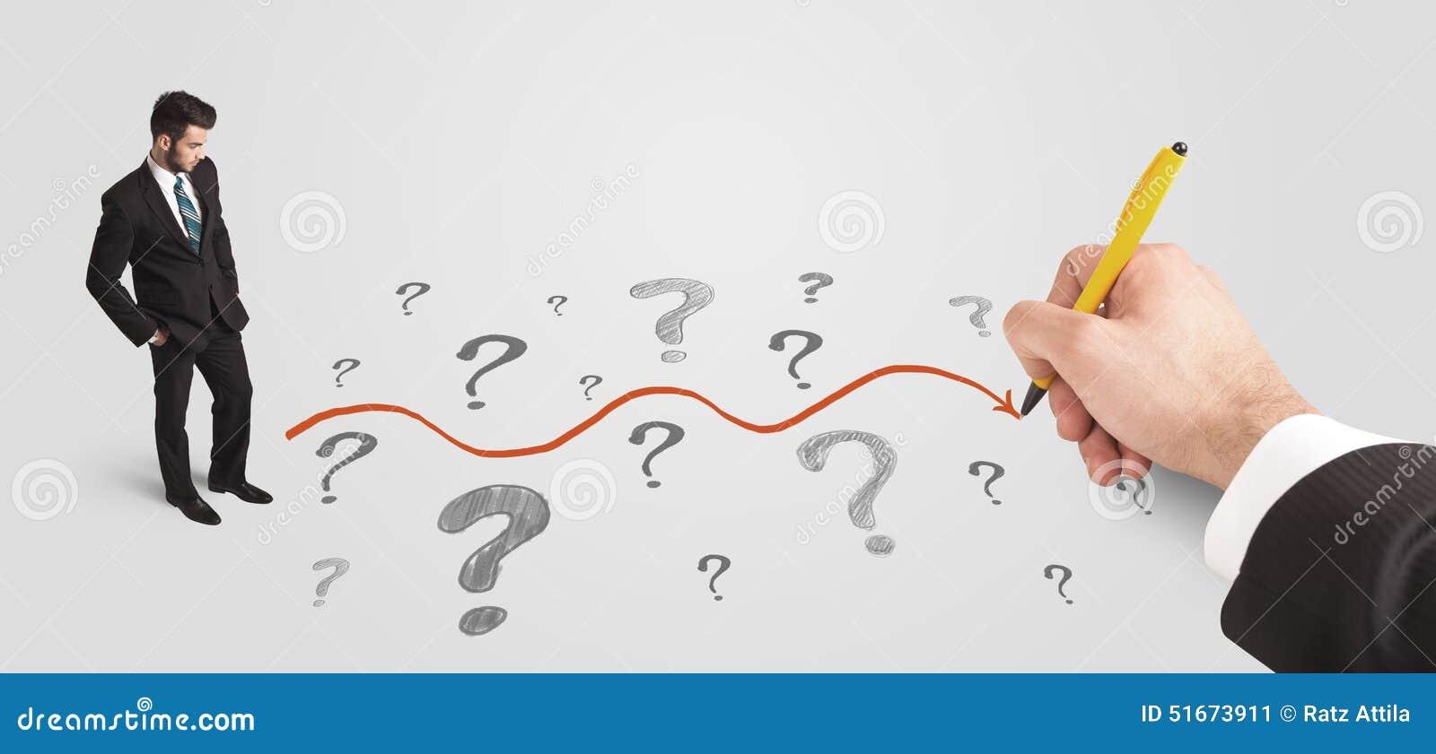 Homem de negócio que olha pontos de interrogação e trajeto da solução
