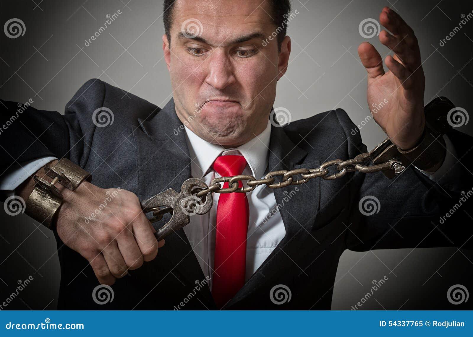 Homem de negócios acorrentado