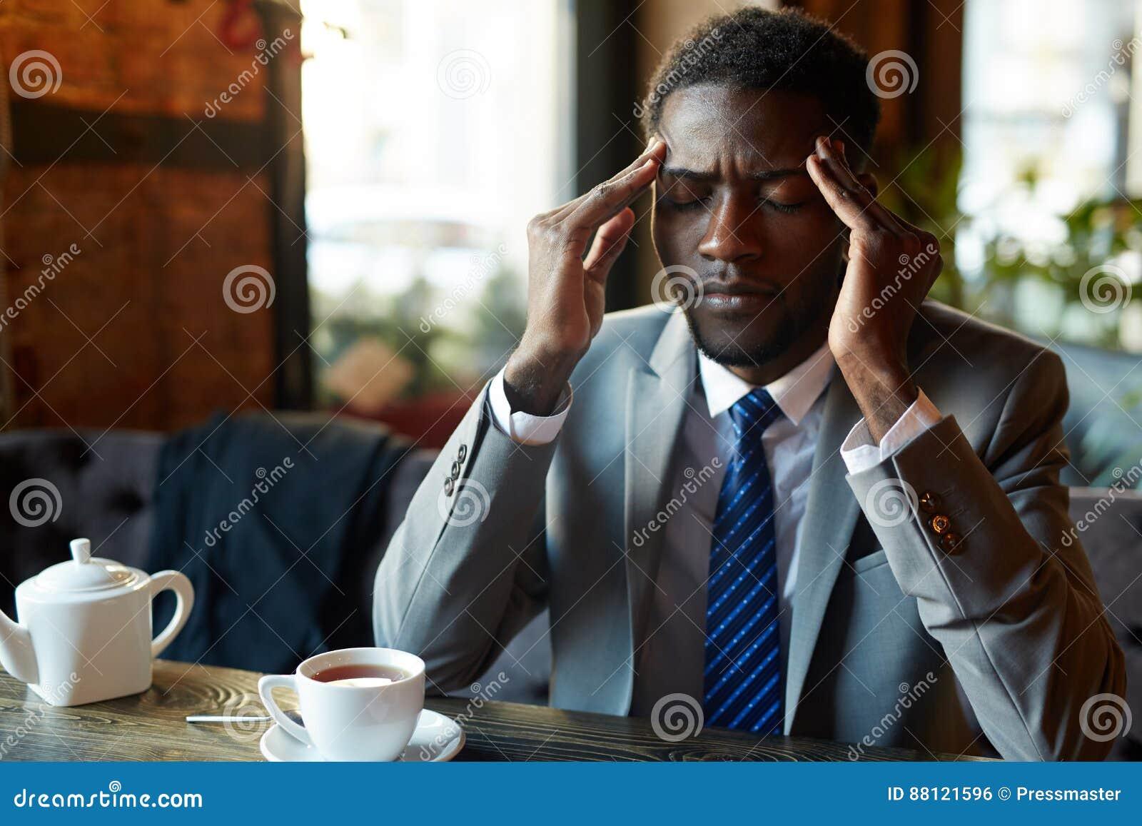 Homem de negócios africano considerável Suffering Headache