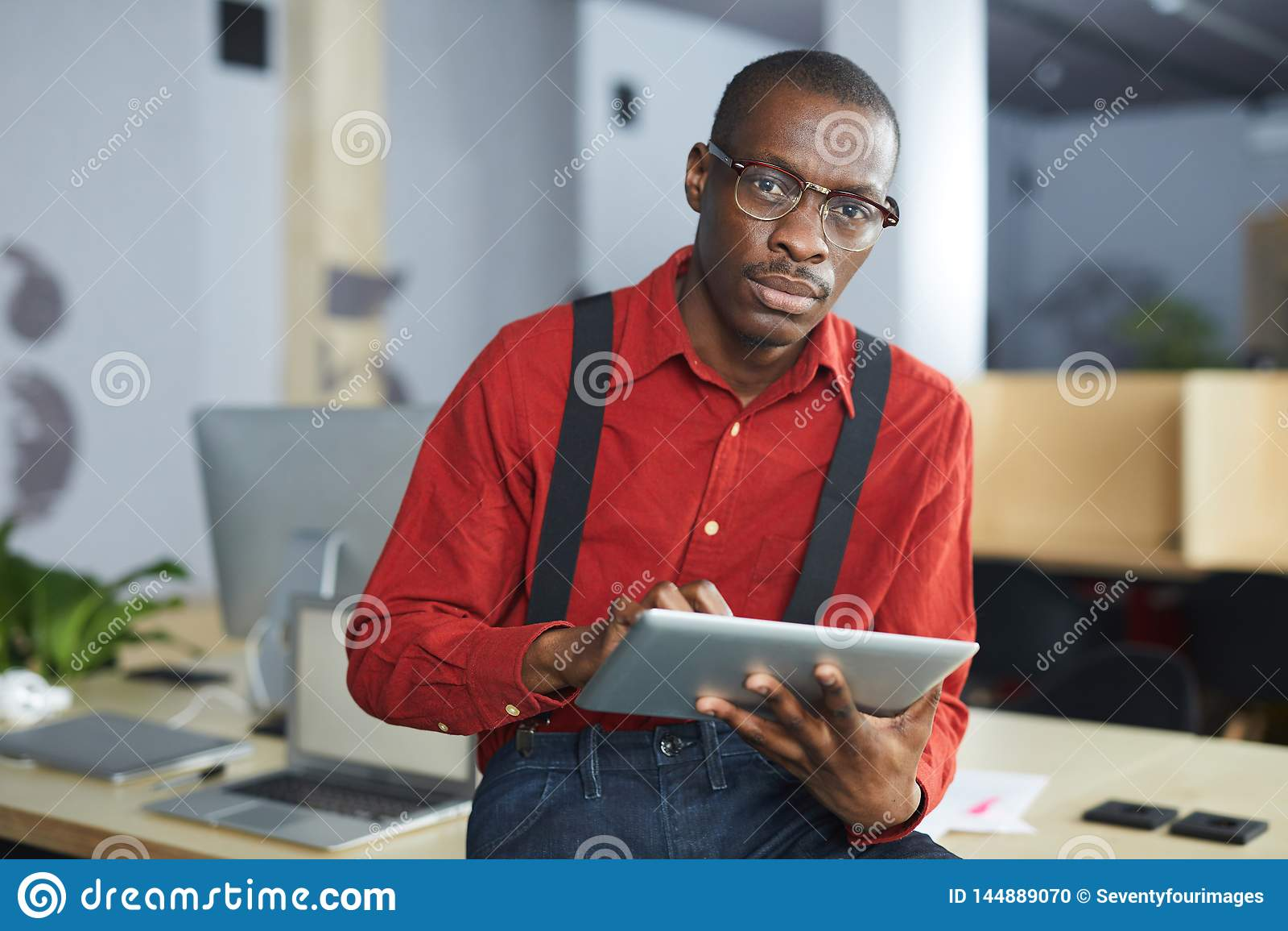 Homem de negócios africano Posing