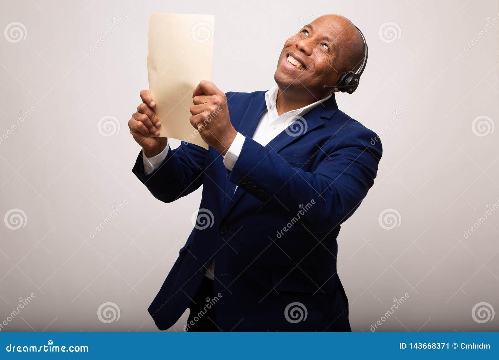 Homem de negócios afro-americano feliz Holds Up File