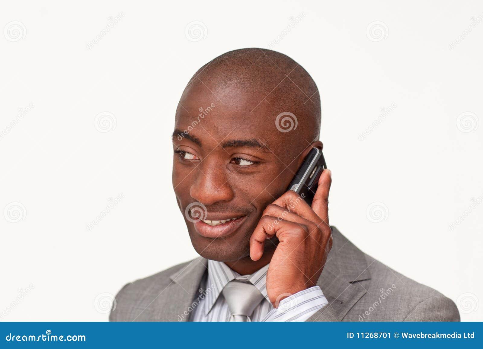 Homem de negócios afro-americano no telefone móvel