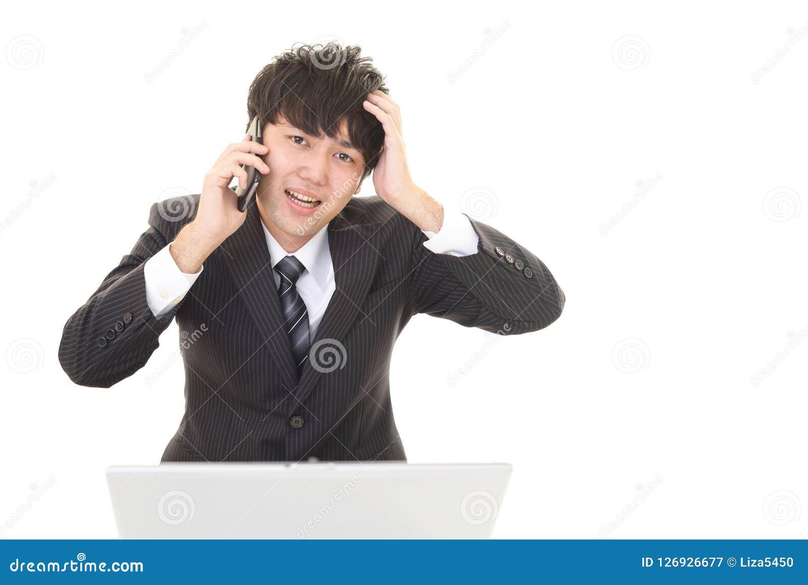 Homem de negócios asiático frustrante