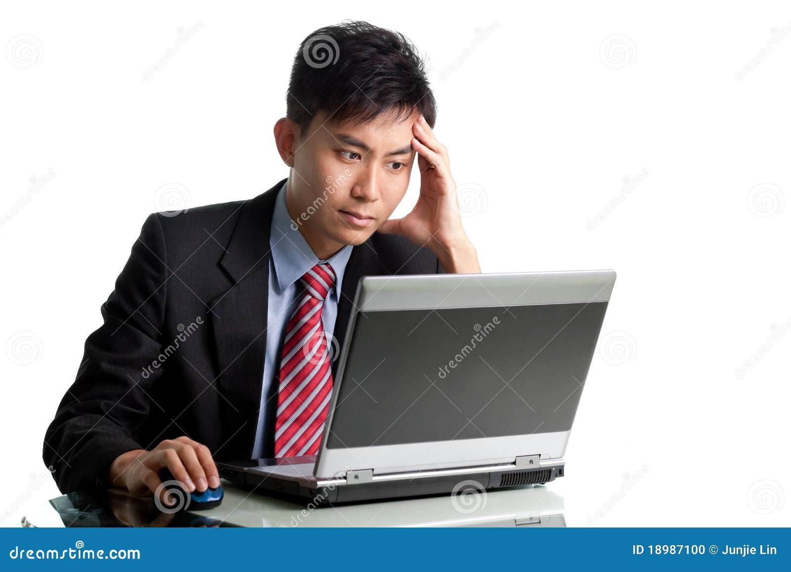 Homem de negócios asiático incomodado que tem um dia ruim