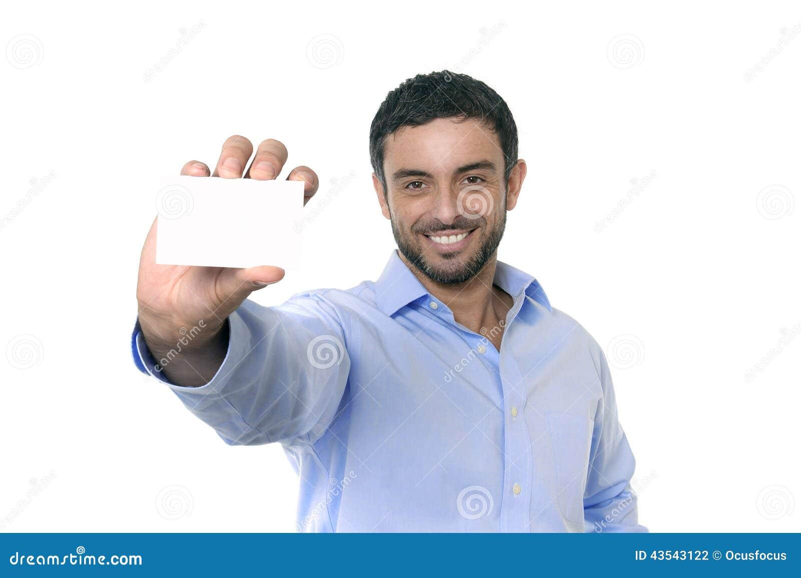Homem de negócios atrativo novo feliz que guarda o cartão vazio com espaço da cópia