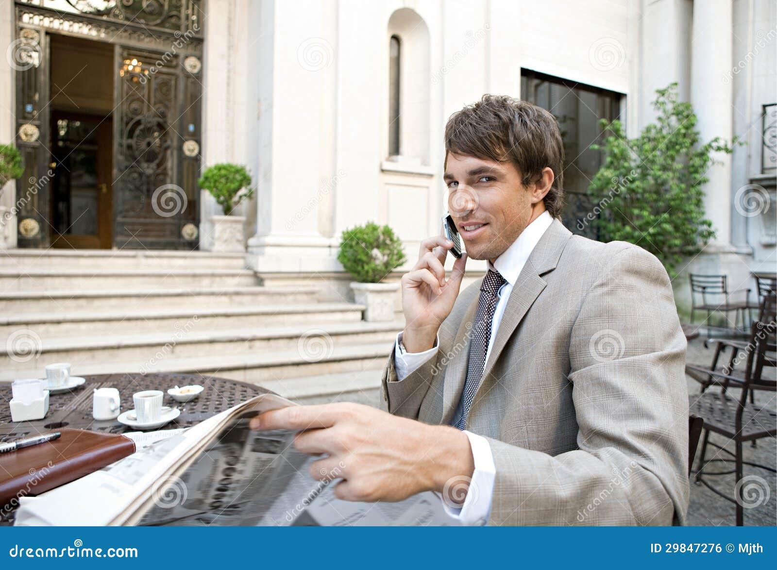 Papel da leitura do homem de negócios no café.