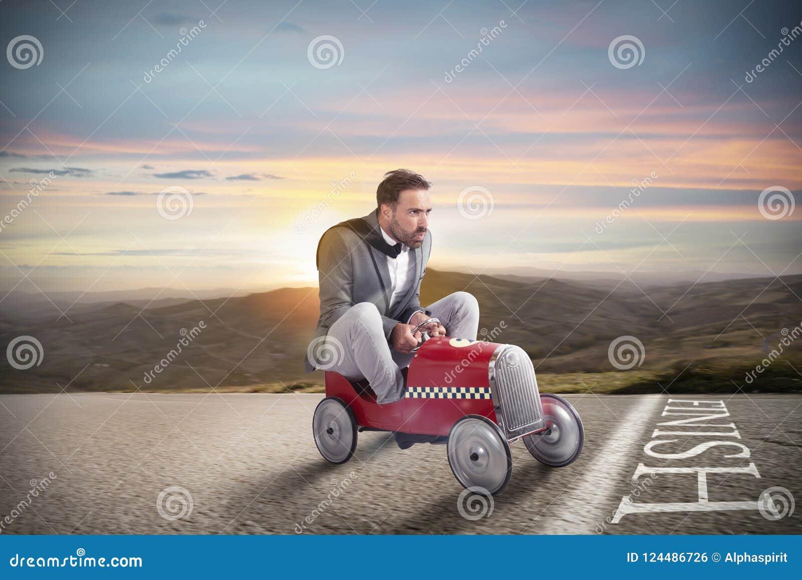 Homem de negócios bem sucedido na linha de revestimento com seu carro
