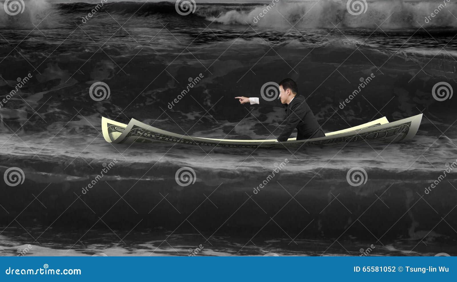 Homem de negócios com apontar o gesto do dedo que senta-se no barco do dinheiro