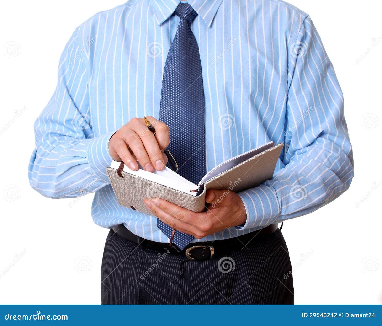 Homem de negócios com caderno e escrita da pena