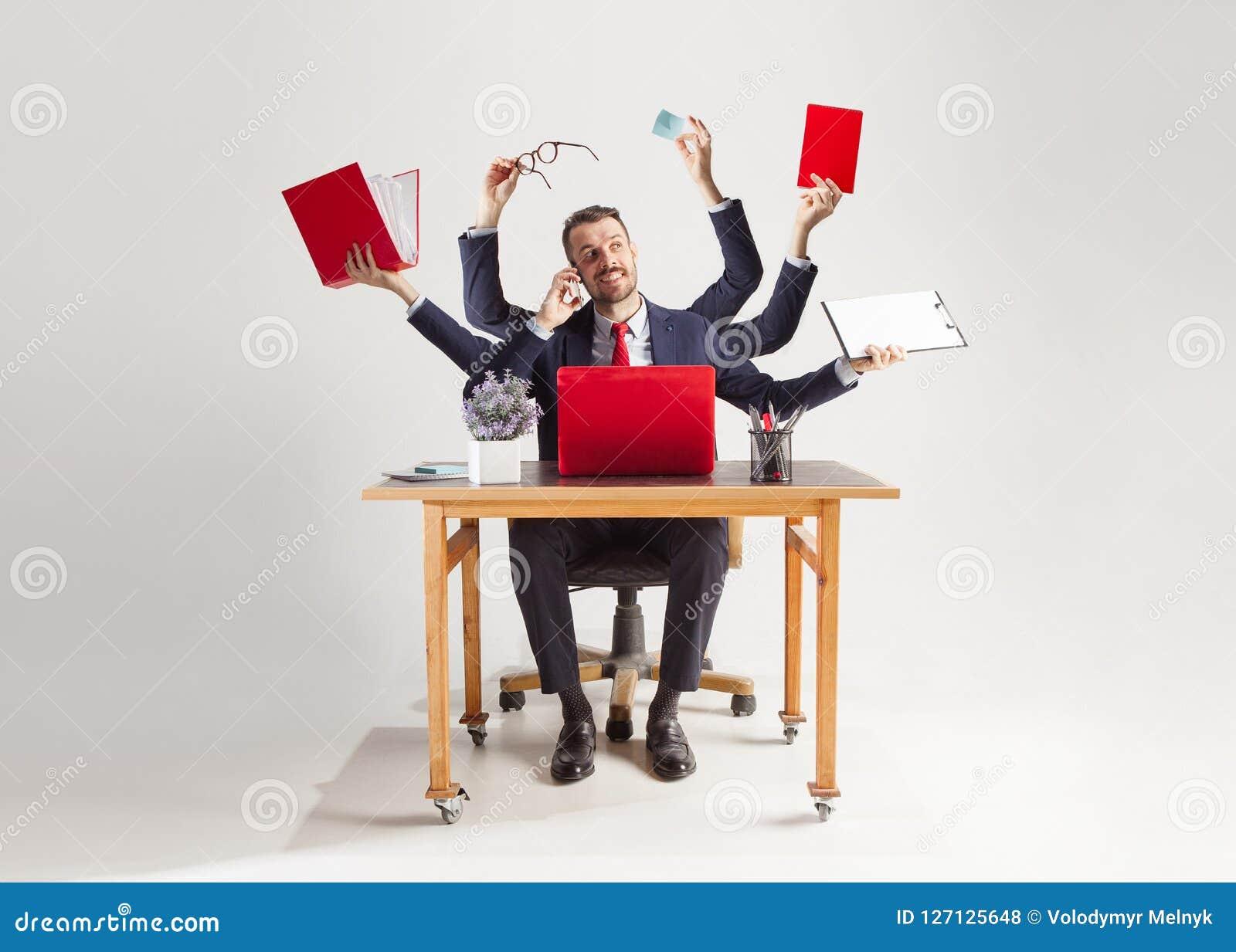 Homem de negócios com muitas mãos no terno elegante que trabalha com papel, original, contrato, dobrador, plano de negócios