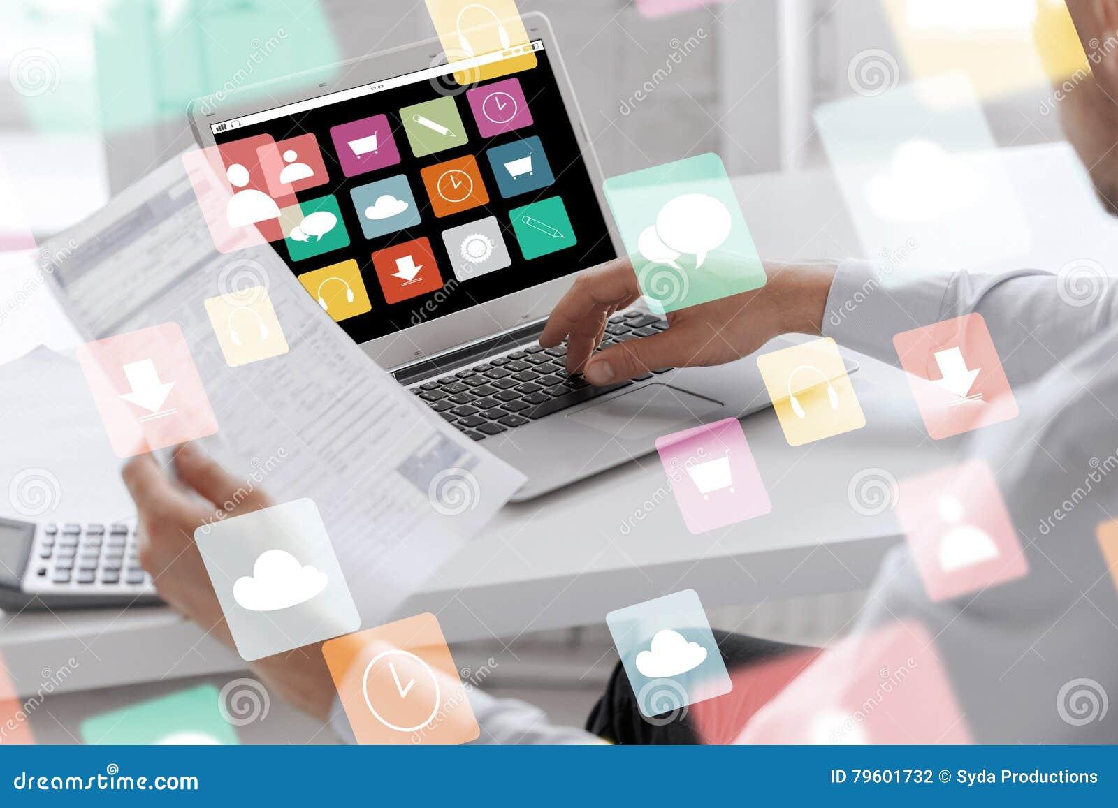 Homem de negócios com o laptop que trabalha no escritório